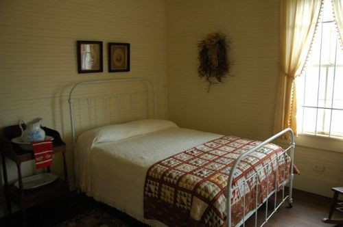 tattnall-county-ga-stripling-farmhouse-bedroom-photograph-copyright-brian-brown-vanishing-south-georgia-usa-2011