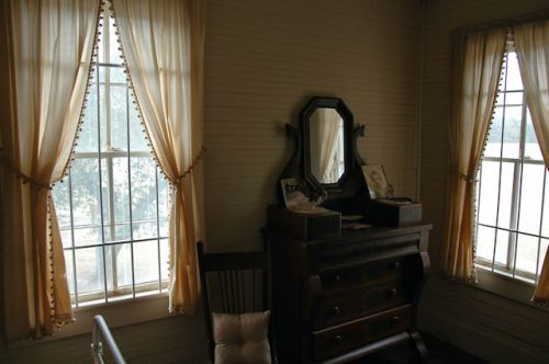 tattnall-county-ga-stripling-farmhouse-upstairs-bedroom-photograph-copyright-brian-brown-vanishing-south-georgia-usa-2011