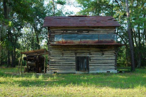 lowndes-county-ga-log-tobacco-barn-photograph-copyright-brian-brown-vanishing-south-georgia-usa-2012