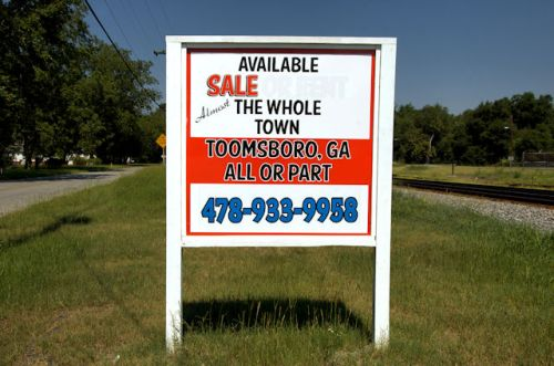 toomsboro-ga-town-for-sale-photograph-copyright-brian-brown-vanishing-south-georgia-usa-2012