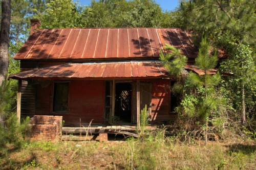 Telfair County GA Red Pioneer Farmhouse Square Shallow Well Beside Front Porch Rusted Tin Roof Photograph Copyright Brian Brown Vanishing South Georgia USA 2014