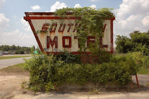 southern motel sign us 41 cordele ga photograph copyright brian brown vanishing south georgia usa 2008