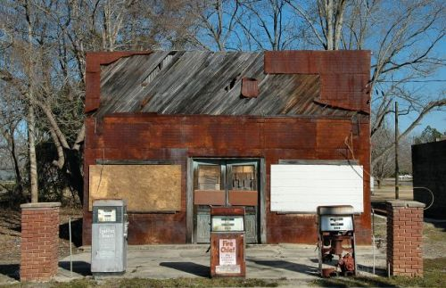 pitts ga kings garage gas station photograph copyright brian bown vanishing south georgia usa 2010